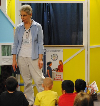 Judy Townsend leads a puppet show/Tracy Simmons - SpokaneFAVS