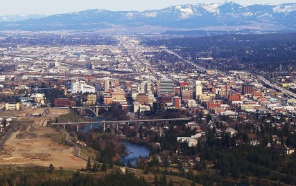1280px-Downtown_Spokane_WA_on_approach_to_the_airport